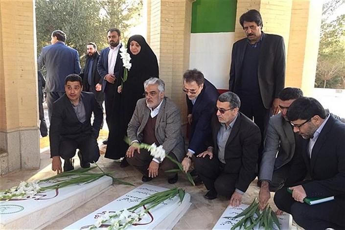دکتر طهرانچی به شهدای گمنام واحد میبد ادای احترام کرد