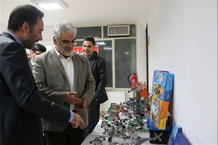بازدید رئیس دانشگاه آزاد اسلامی از شرکت های مستقر در مرکز رشد واحد یزد