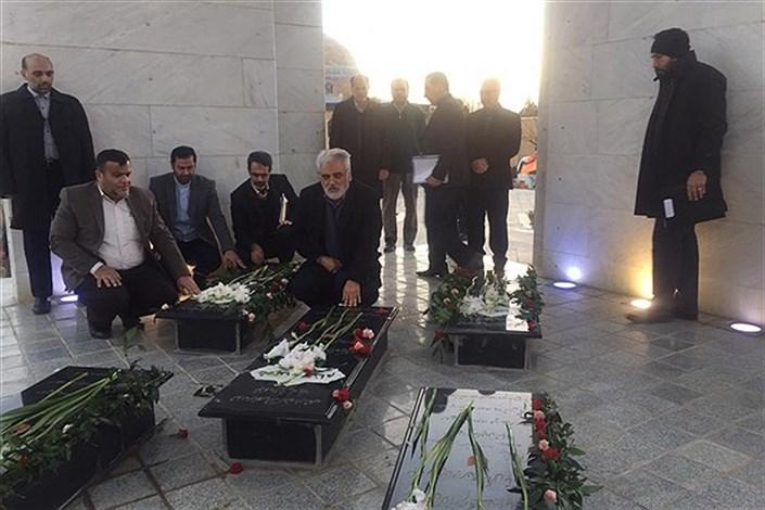 دکتر طهرانچی به شهدای گمنام دانشگاه آزاد اسلامی همدان ادای احترام کرد